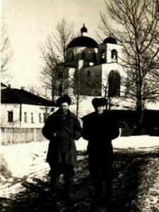 Хрестовоздвиженський храм ,зліва початкова школа ім.Шевченка